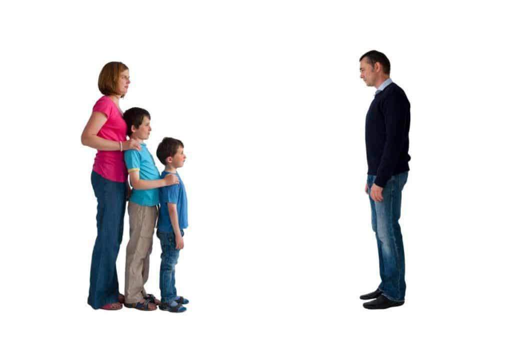 ילדים שנשארים עם אמם לאחר גירושין